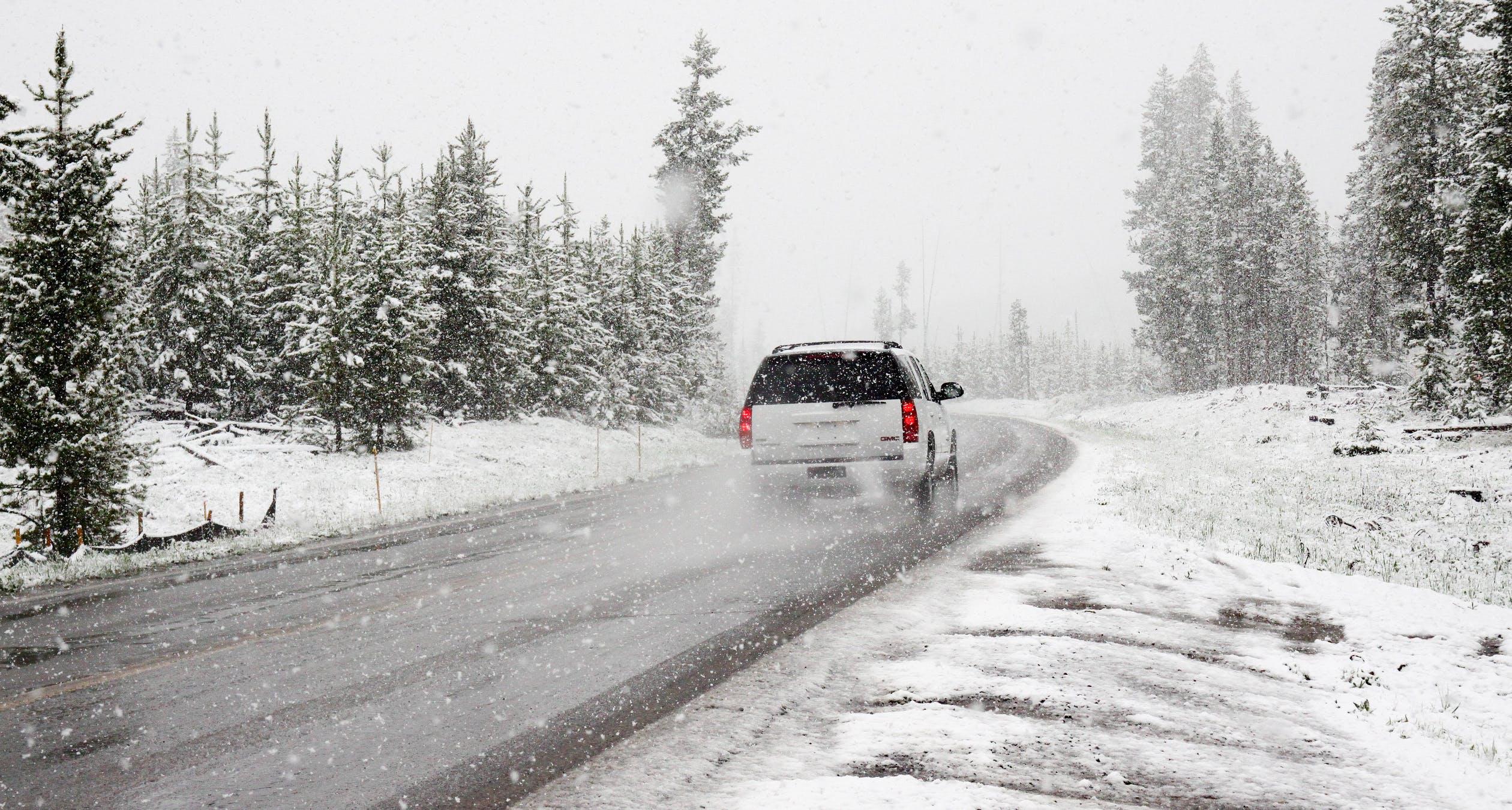 vehículo circulando con nieve - Renting Box