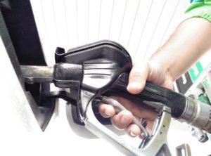 nueva nomenclatura combustibles repostando en gasolinera